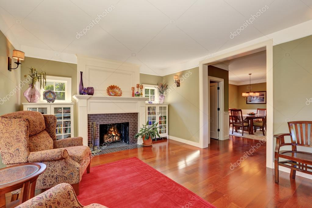 Nice Living Rooms | Nice Living Room With Vintage Furniture And Red Rug Stockfoto