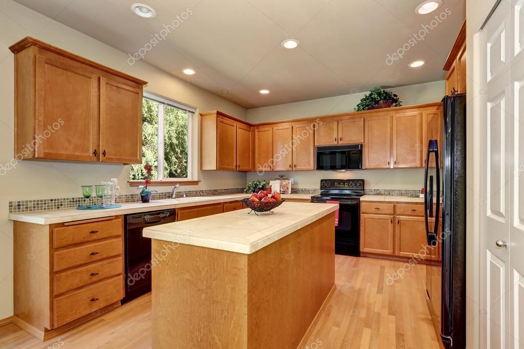 Cocina de lujo color crema clásica americana con electrodomésticos ...
