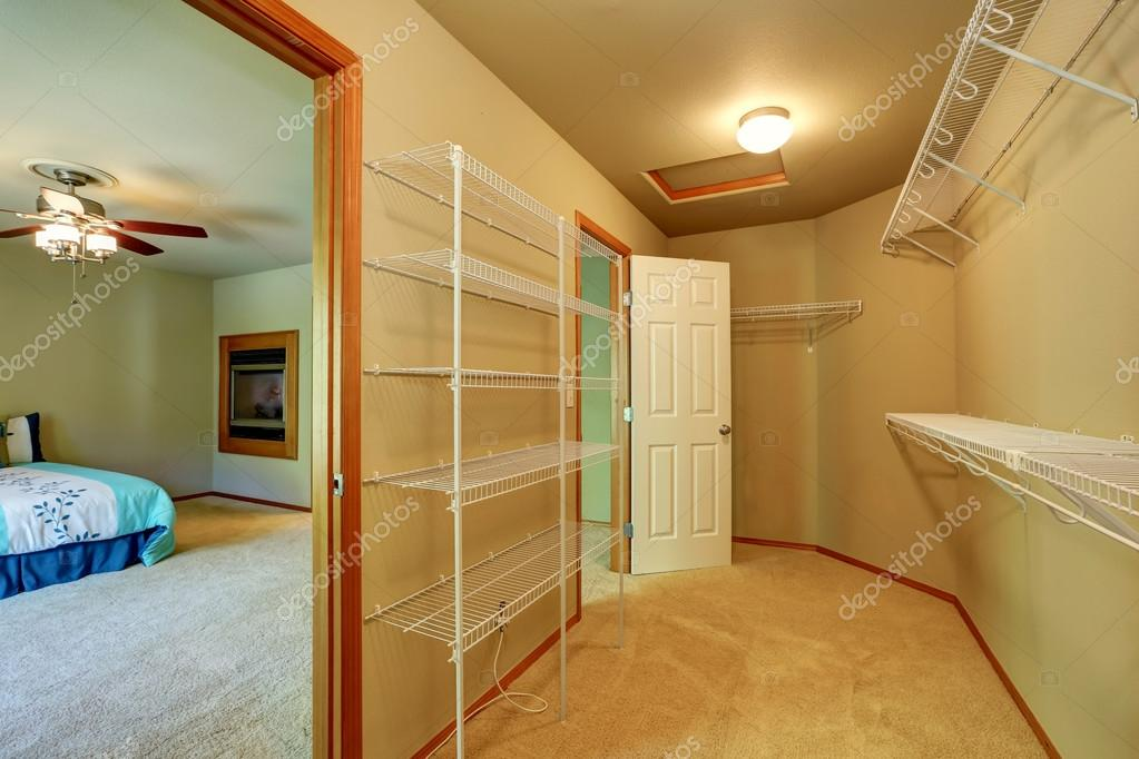 Kast Met Planken : Lege wandeling door kast met planken in de slaapkamer u stockfoto