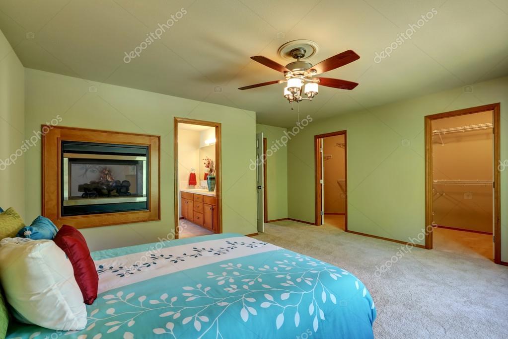 Grote Slaapkamer Kast : Grote en eenvoudige slaapkamer interieur met wandeling door kast