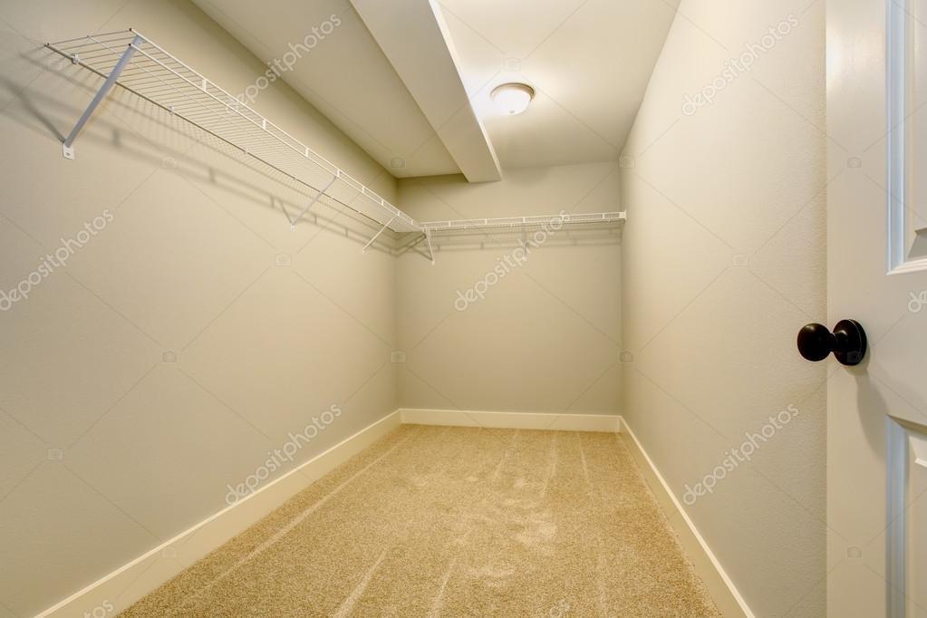 vide dressing troit avec tag res et moquette photographie iriana88w 123352012. Black Bedroom Furniture Sets. Home Design Ideas