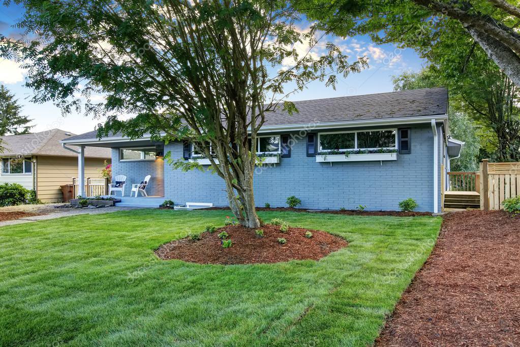 Esterno della casa di campagna blu con portico piccolo for Piccolo piano di pagamento della casa