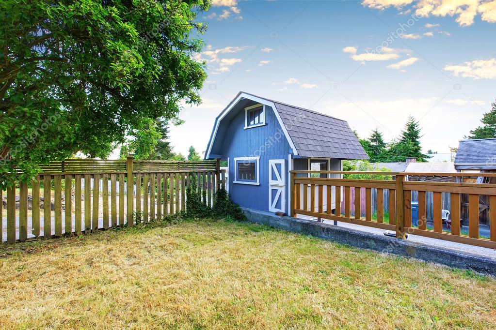 Maison jardin sur cour avec petite grange bleue hangar et cl ture en bois photographie - Petite cloture jardin ...
