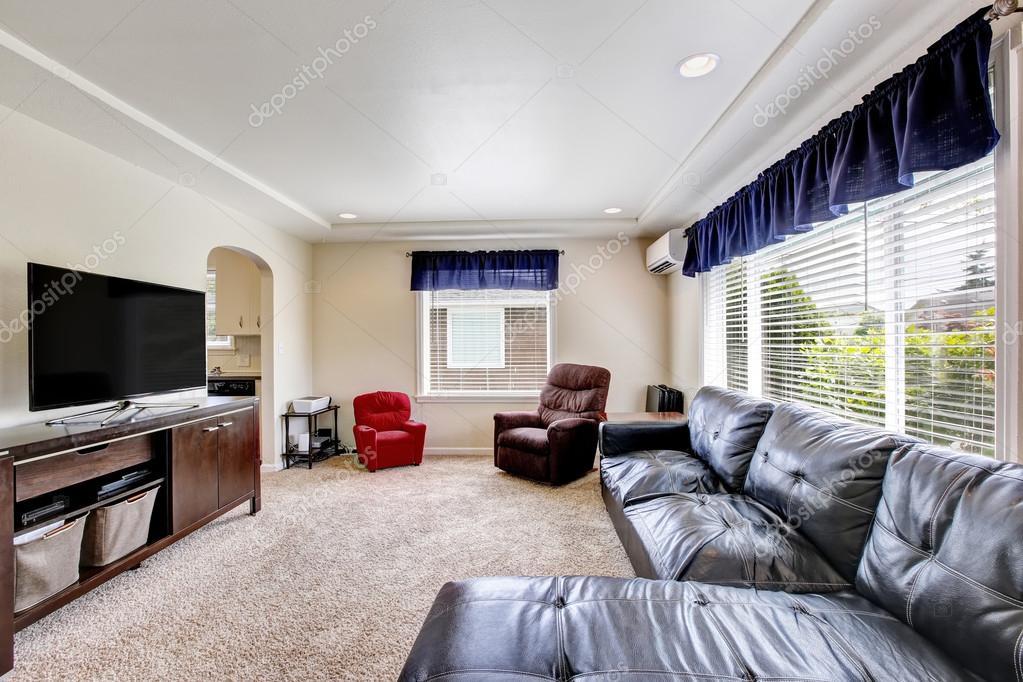 Intérieur de la salle de séjour confortable avec ensemble de tv et ...