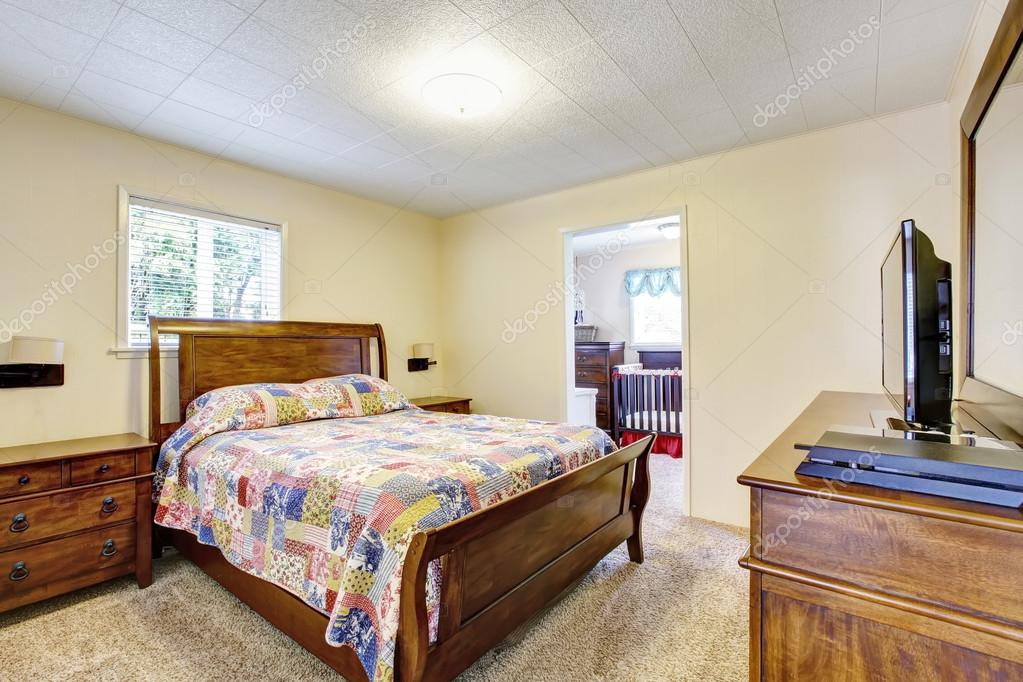 Houten slaapkamer interieur ingericht met leuk beddengoed en Tv ...