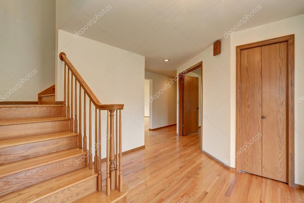 Interiore del corridoio con pavimento in parquet visualizzazione delle scale di legno foto - Casa con parquet ...