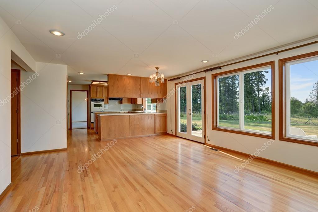 Interior de sala cocina con gabinetes de madera y piso de madera ...