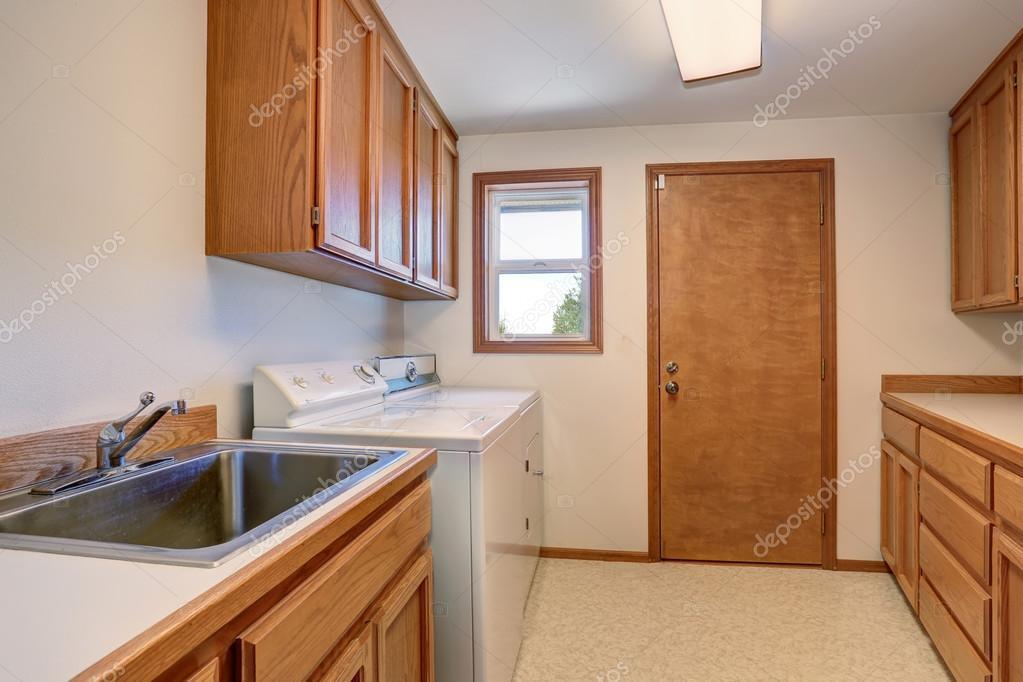 Waschküche mit Holzschränke und Edelstahl Waschbecken — Stockfoto ...