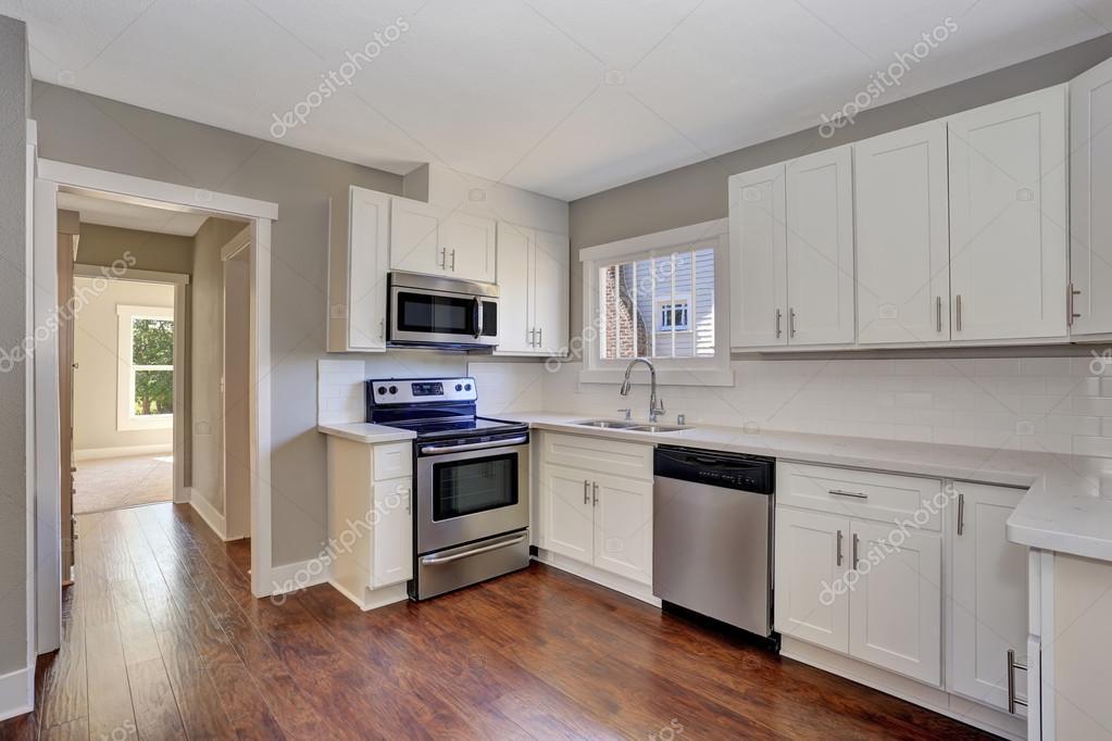 Balcão Em Quarto ~ Interior de quarto branco cozinha com balc u00e3o em mármore top e folhosa assoalho u2014 Stock Photo