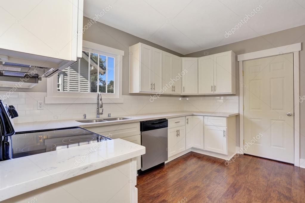 Fußboden Zu Weißer Küche ~ Weiße küche innenraum mit marmor zähler oben und hartholz fußboden