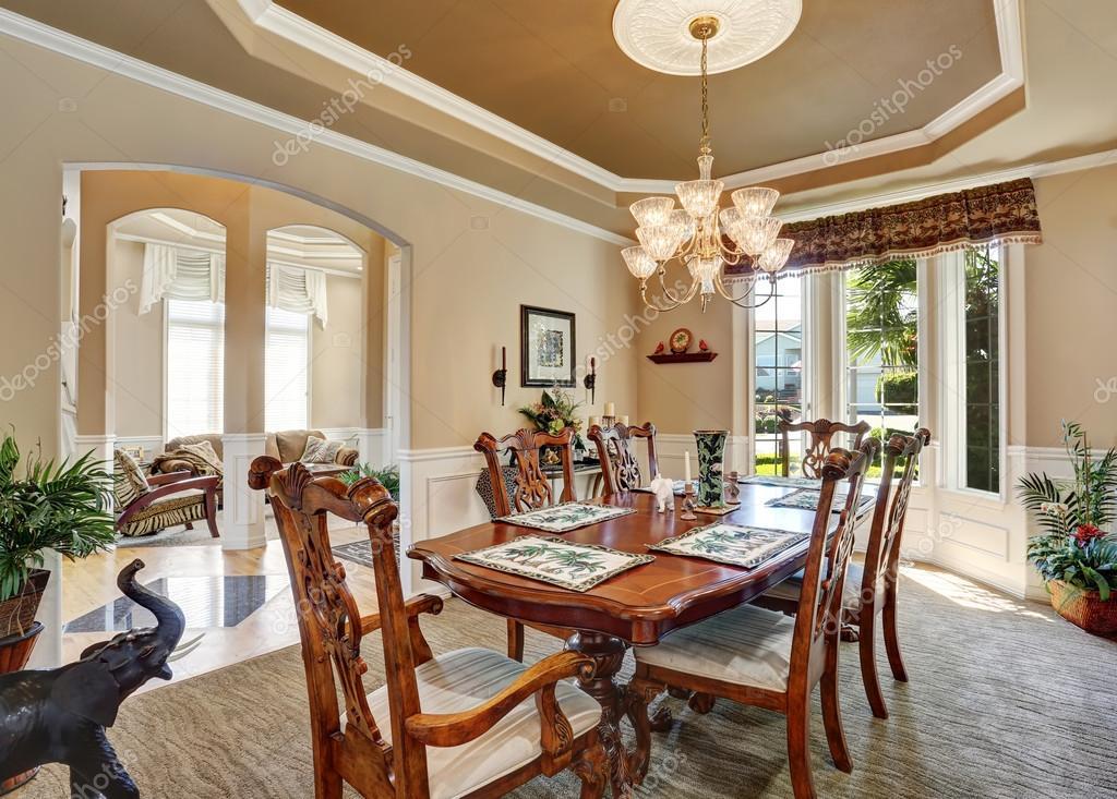 Precioso diseño interior del comedor con muebles vintage ...