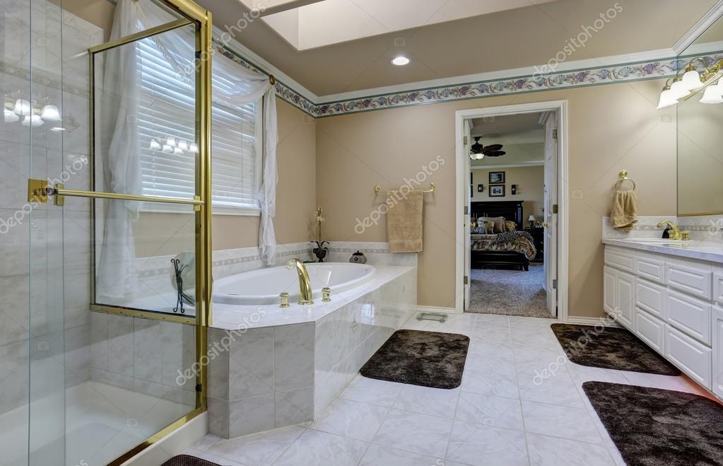 Interiore della stanza da bagno di lusso u foto stock iriana w