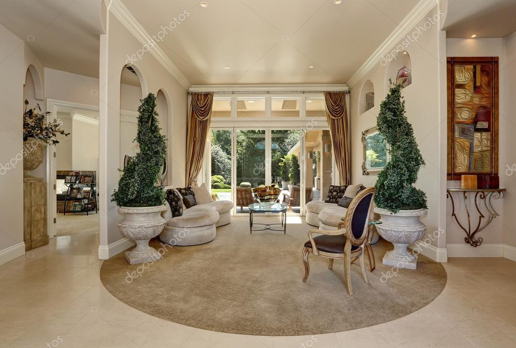 Geweldig luxe entree hal interieur met decoratieve bomen in potten