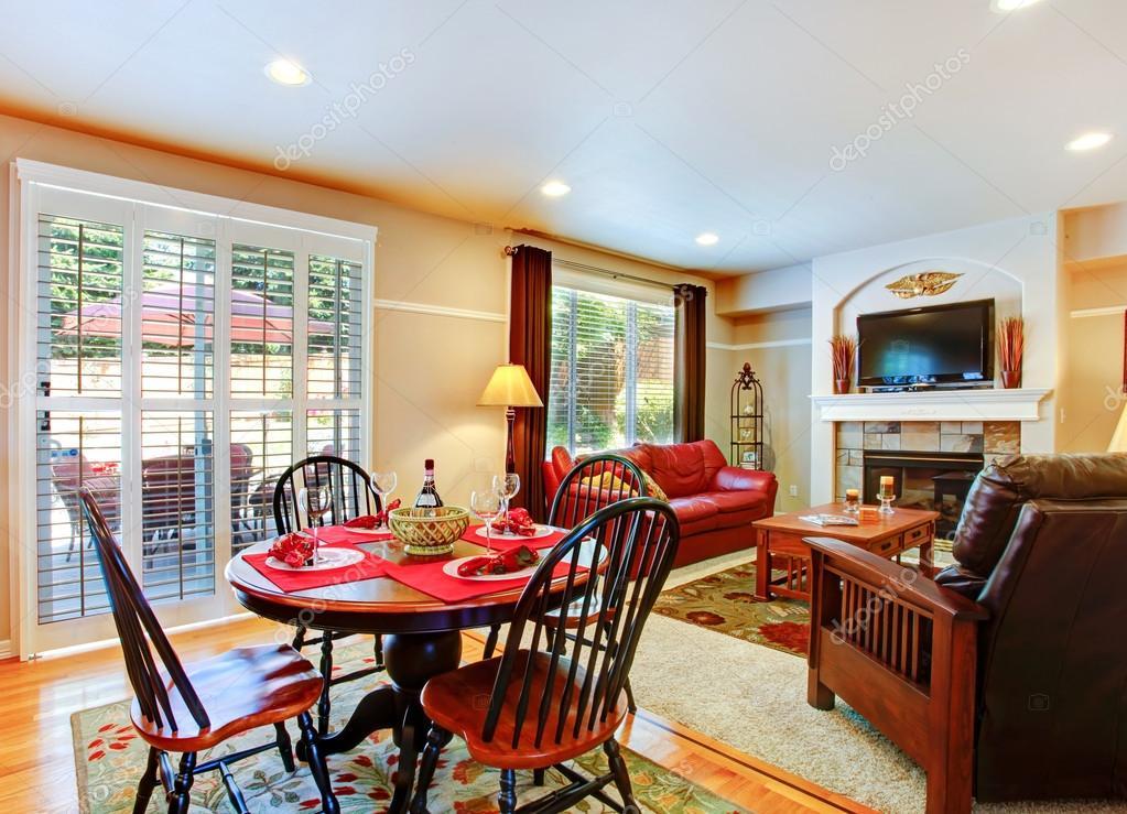 soggiorno con tavolo da pranzo servito in casa di lusso — Foto Stock ...