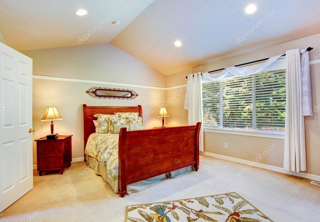 lichte slaapkamer met gewelfd plafond — Stockfoto © iriana88w #51925539