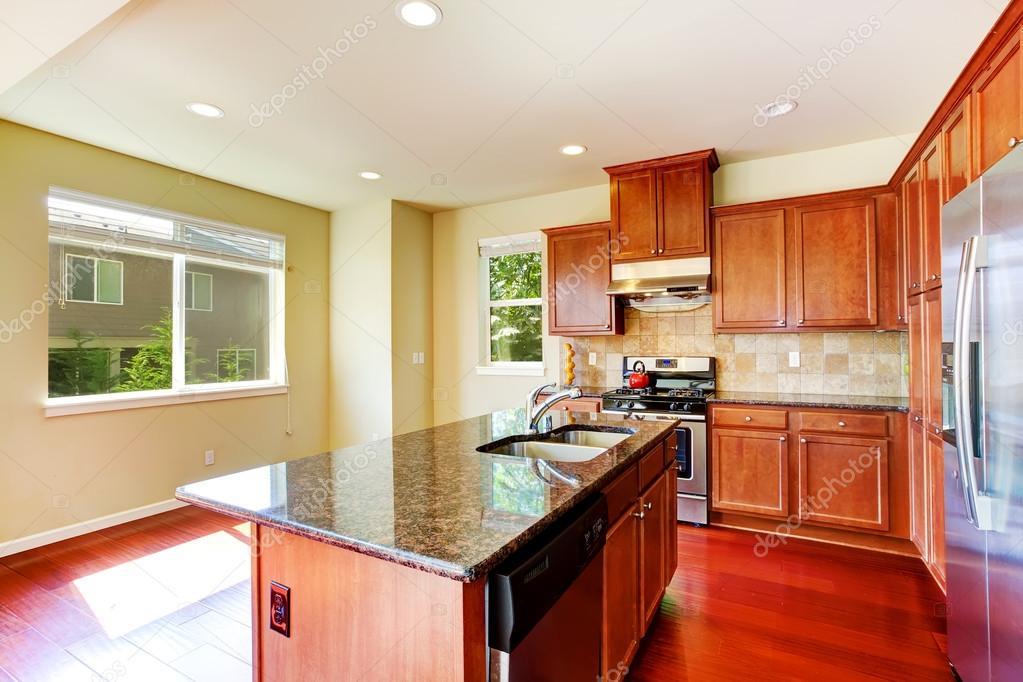 moderne Küche mit Insel und Granit tops — Stockfoto © iriana88w ...