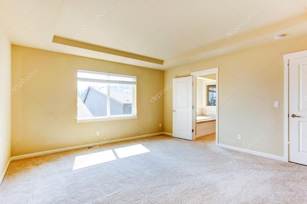 vide Chambre des maîtres avec salle de bains — Photographie ...