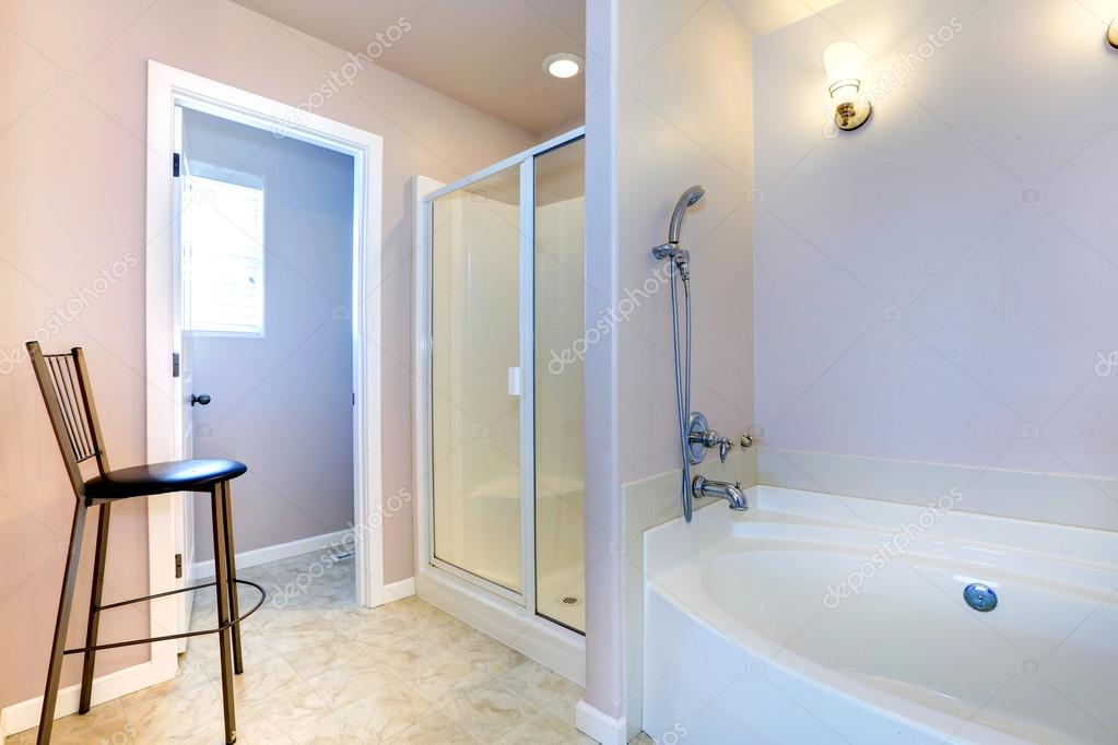 rinfrescante bagno lavanda luce con bianco vasca da bagno e doccia ... - Luce Vasca Da Bagno