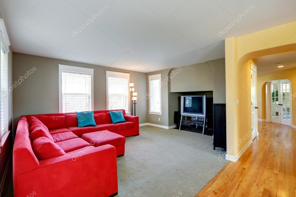 soggiorno con divano rosso brillante e tv — Foto Stock © iriana88w #52123663