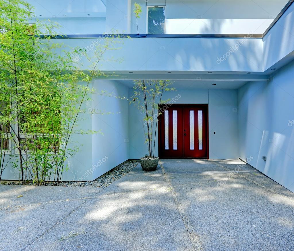 Esterno di casa moderna entrata con porta di borgogna for Esterno casa moderna