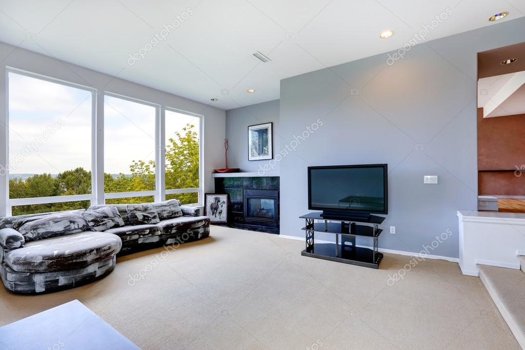 집 인테리어입니다. 거실 벽난로와 대형 창 — 스톡 사진 ...