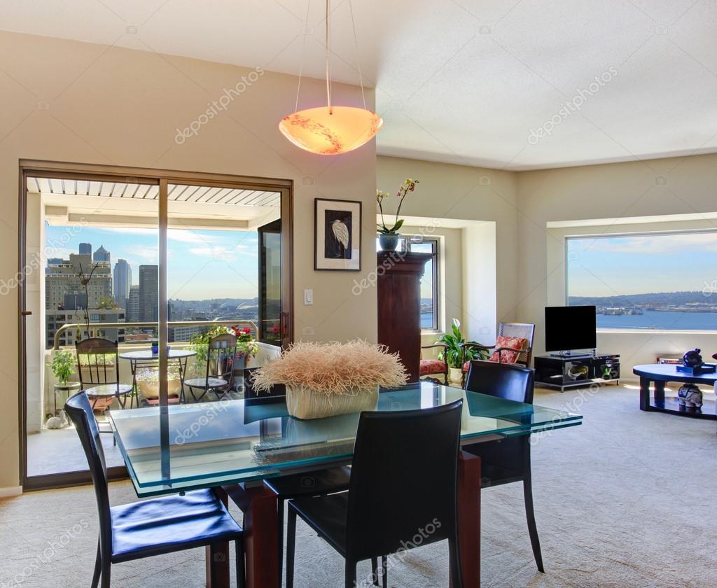 Modern appartement interieur weergave van glas hoogste eettafel