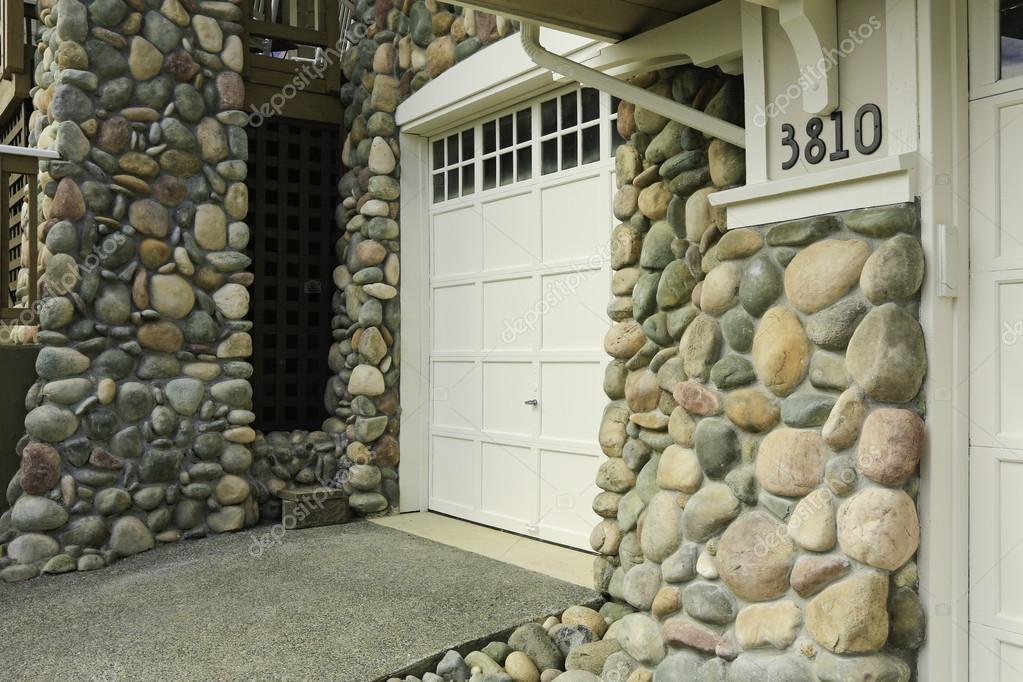 Frente de casa acabada con moldura de piedra fotos de for Frentes de casas con piedras