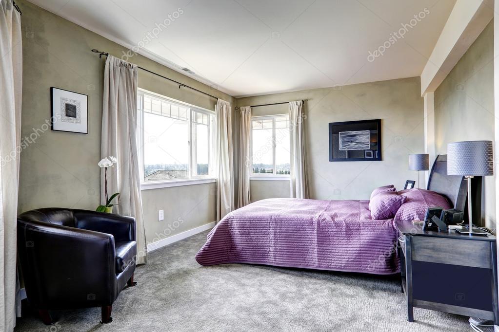 Camera Da Letto Grigio Chiaro : Camera da letto nei toni del grigio con letto viola u foto stock