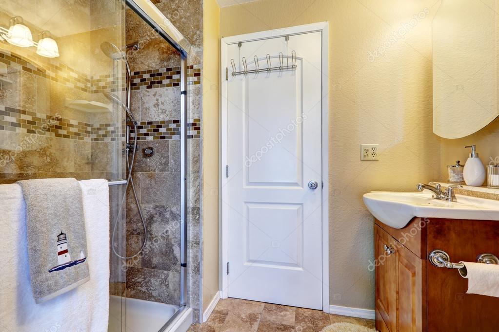 badkamer met glazen deur douche — Stockfoto © iriana88w #52684361