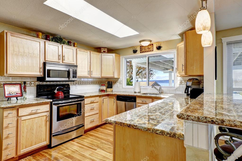 Keuken Met Dakraam : Lichte keuken met granieten toppen en dakraam u2014 stockfoto