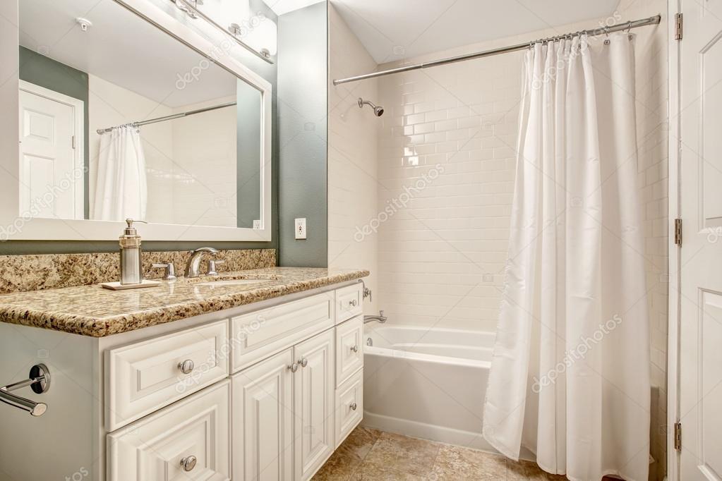 Witte badkamer ijdelheid kabinet met graniet boven en de witte