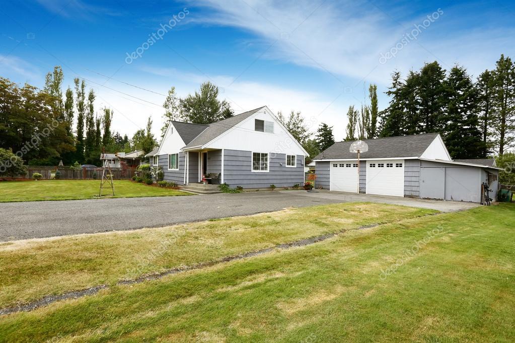 Casa di campagna con garage per due auto foto stock for Piani casa di campagna 2000 piedi quadrati