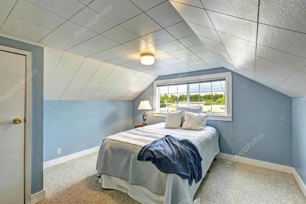 https://st2.depositphotos.com/1041088/5274/i/950/depositphotos_52741229-stockafbeelding-licht-blauw-slaapkamer-platteland-huis.jpg
