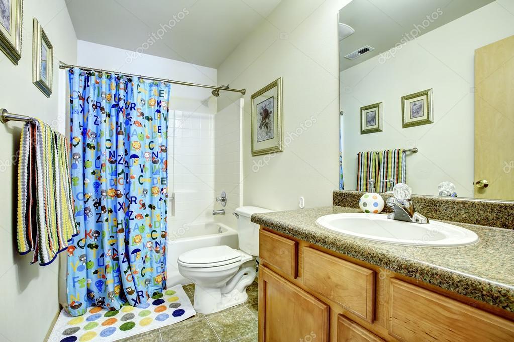 badkamer met vrolijke gordijnen — Stockfoto © iriana88w #52749157