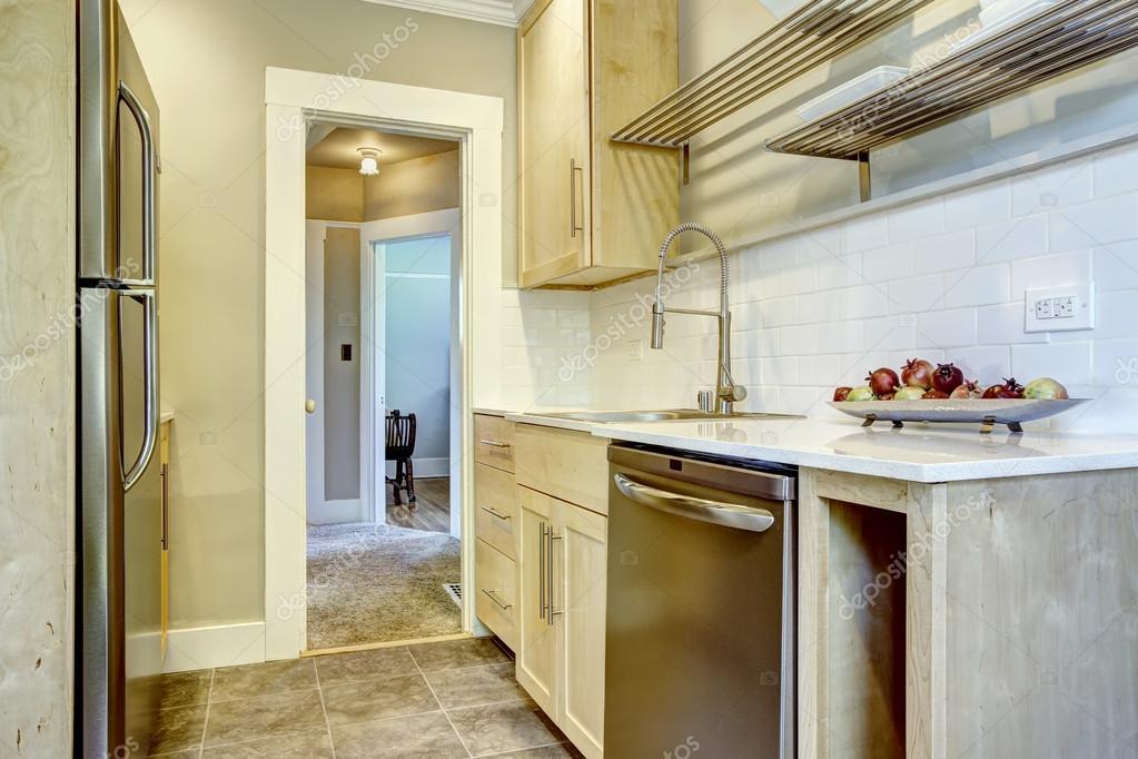 Armadi da cucina con piastrelle alzatina trim u2014 foto stock