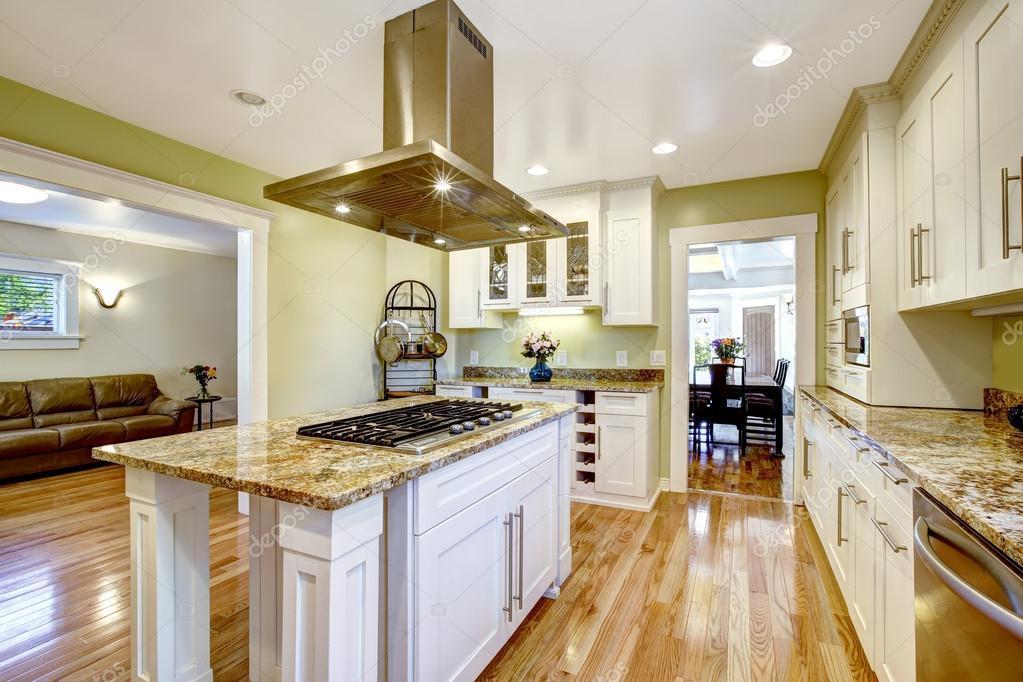 kücheninsel mit eingebauten herd, granit oben und kapuze, Kuchen