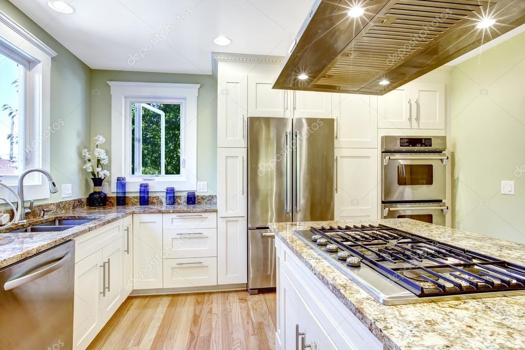 Kücheninsel Mit Eingebauten Herd, Granit Oben Und Kapuze U2014 Stockfoto  #52760059