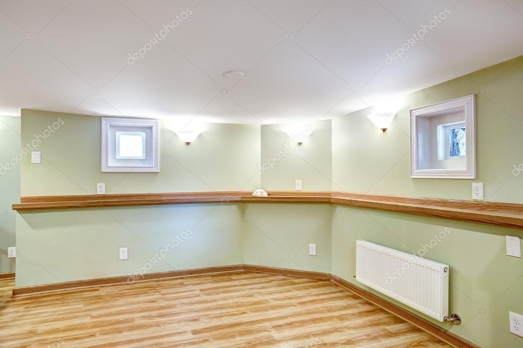 Lege eethoek in zachte munt kleur schoonmoeder appartement in