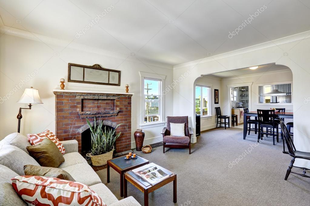 Kamer met open haard baksteen in oude amerikaanse huis u stockfoto