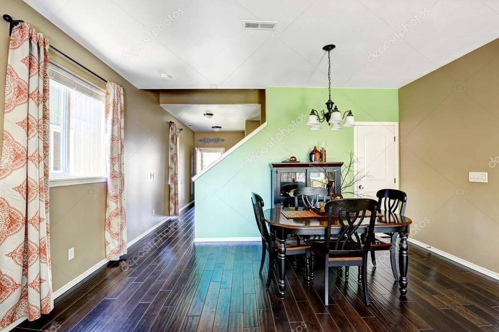sala da pranzo con pareti di colore beige e verde — Foto Stock ...