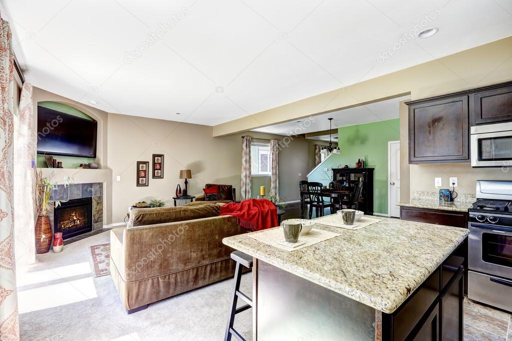 Huis met open plattegrond. keuken en woonkamer — Stockfoto ...