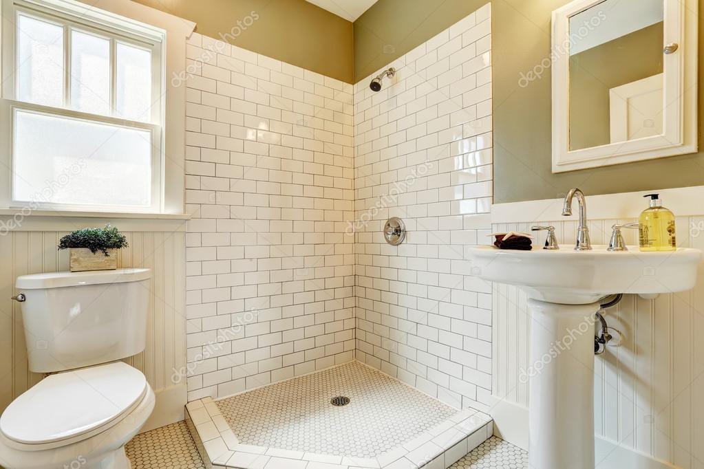 Bagno Con Doccia Aperta : Bagno con doccia di aprire e mattonelle parete trim u2014 foto stock