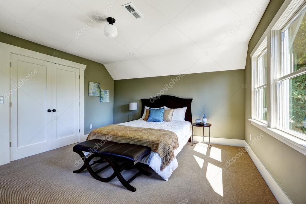 camera da letto con pareti verdi e soffitto a volta ? foto stock ... - Pareti Verdi Camera Da Letto