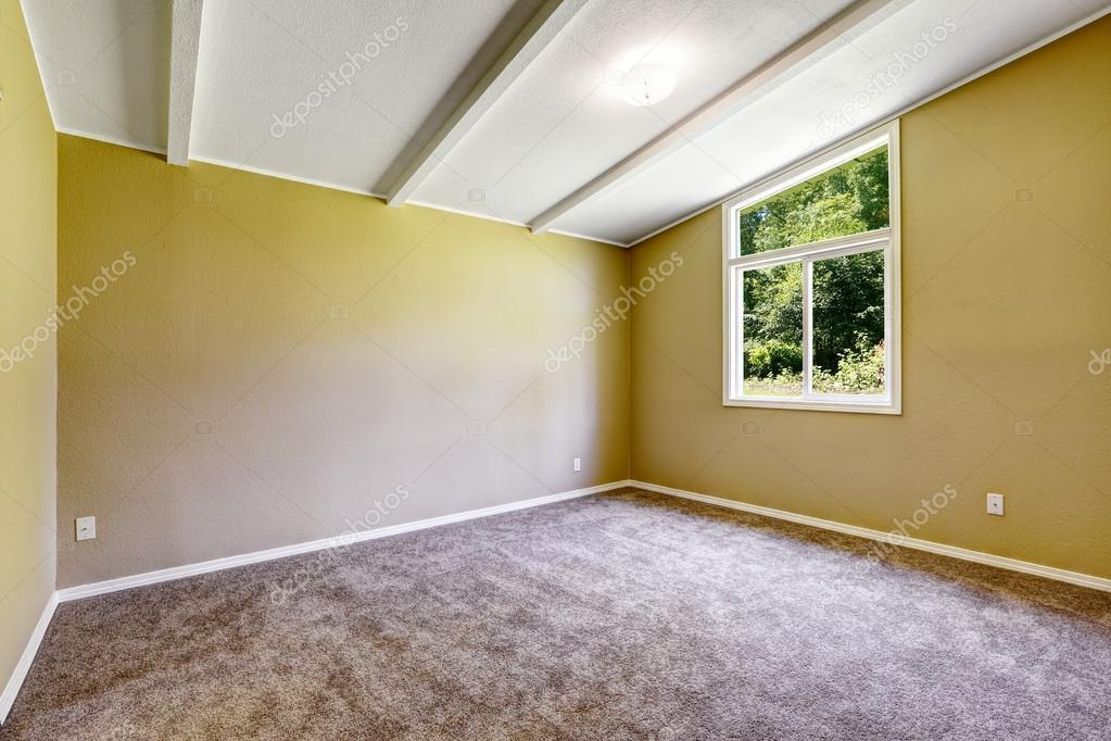 Vide intérieur de maison ancienne. chambre jaune lumineuse ...