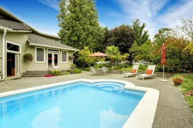 House with swimming pool. Real estate in Federal Way, WA