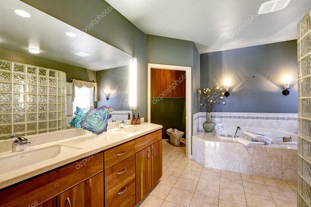 ruime badkamer met whirlpool bad — Stockfoto © iriana88w #52899801
