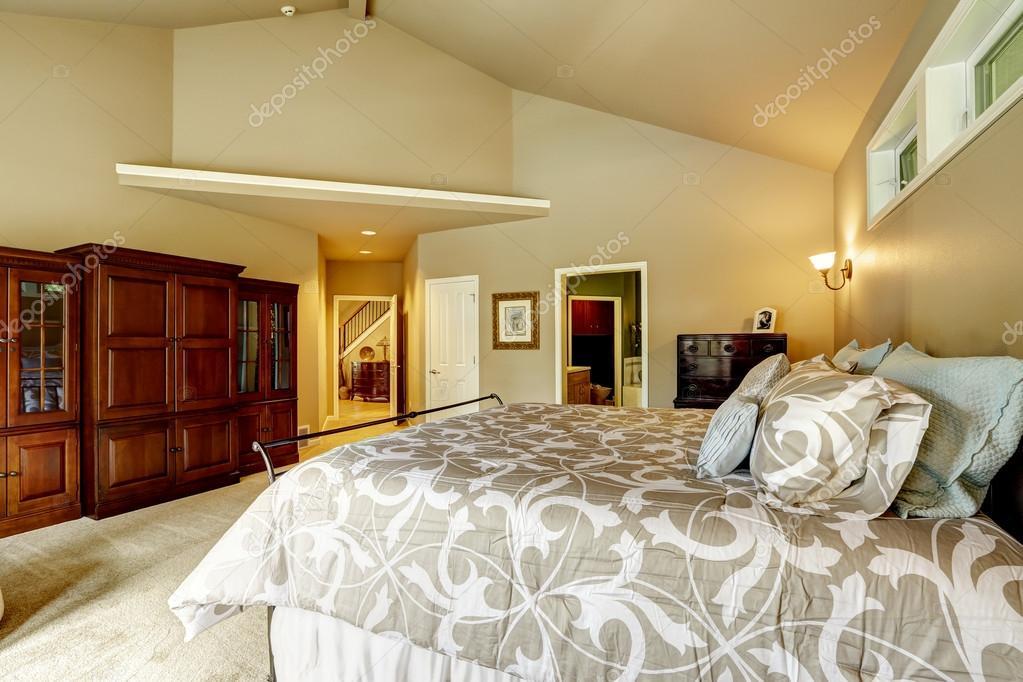 luxus haus innen schlafzimmer mit hoher gew lbedecke eine stockfoto iriana88w 52899829. Black Bedroom Furniture Sets. Home Design Ideas