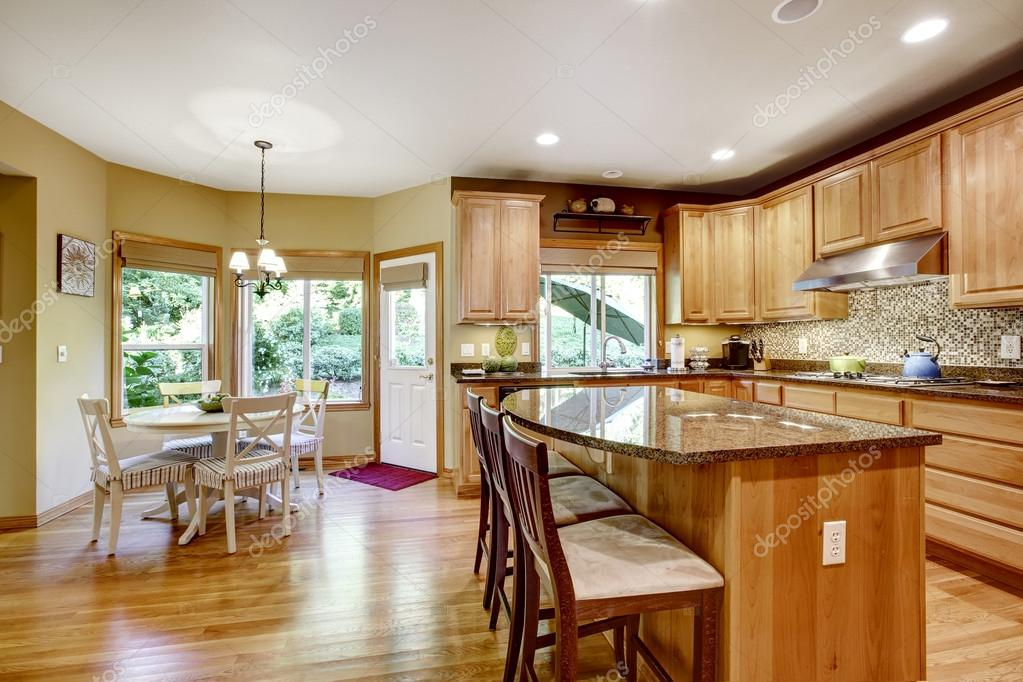habitación moderna cocina con isla y granito encimeras — Foto de ...