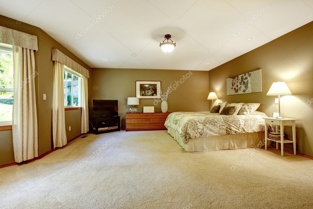 Bruine Slaapkamer Muur : Ruime warme slaapkamer met bruine muren u stockfoto iriana w