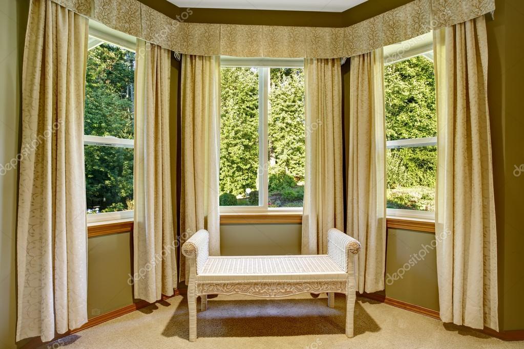https://st2.depositphotos.com/1041088/5298/i/950/depositphotos_52980787-stockafbeelding-ronde-hoek-met-windows-en.jpg